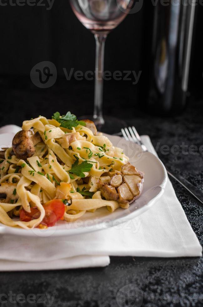 pasta med rostad vitlök och svamp foto