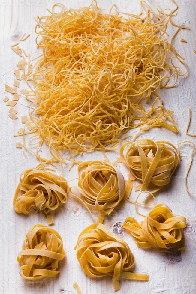 hemlagade nudlar och pasta på träbord foto