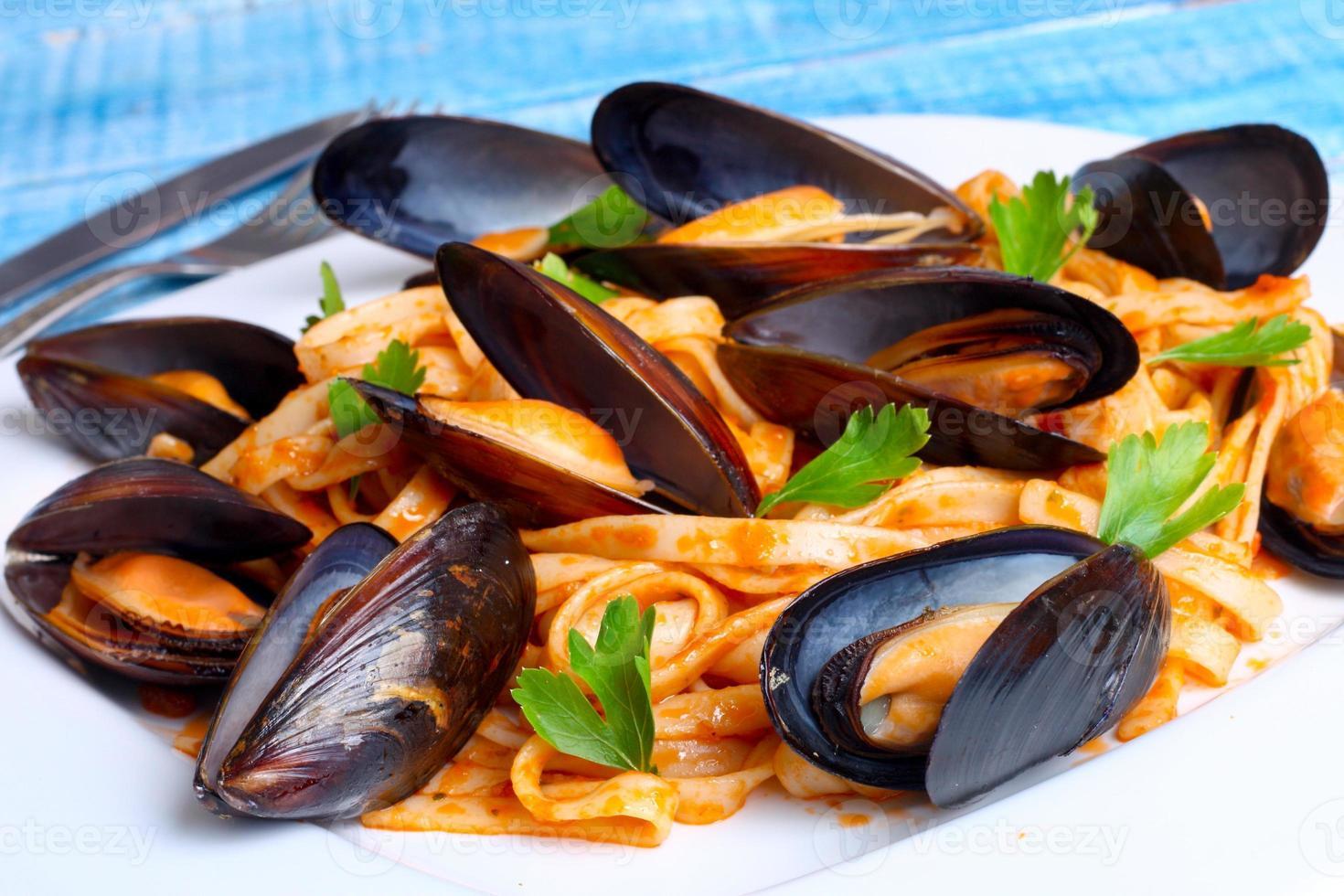 pasta med musslor skaldjur foto