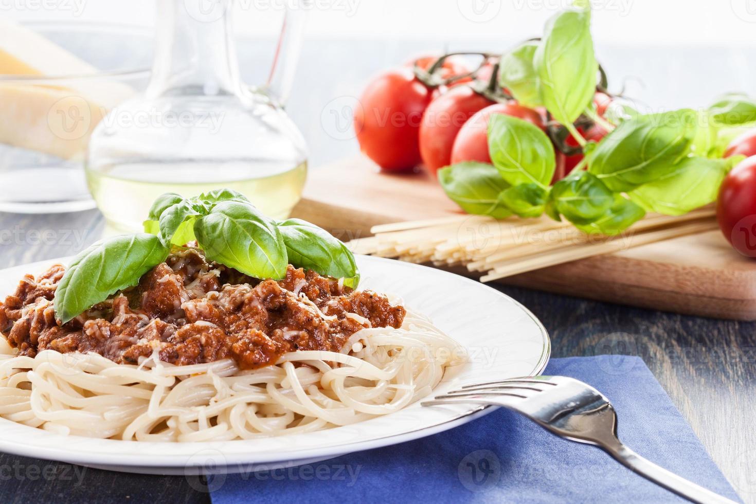 spaghetti bolognese med ost och basilika foto