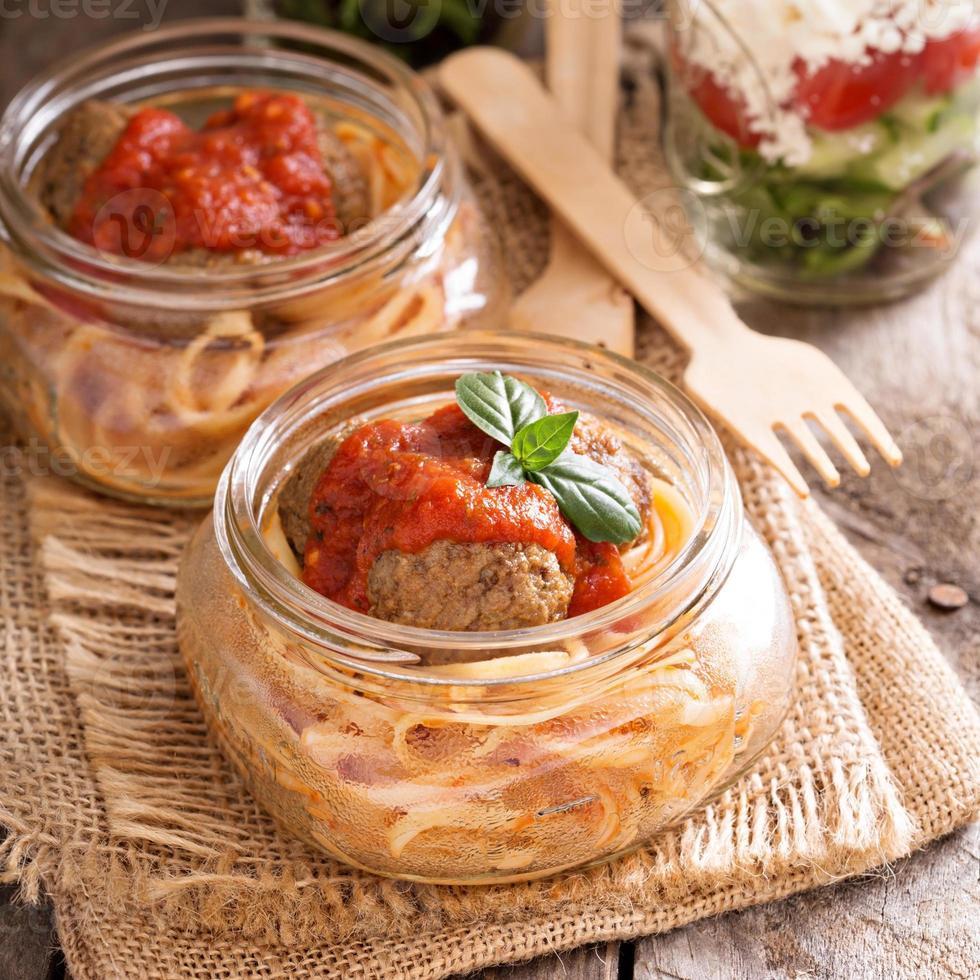 spaghetti med köttbullar och tomatsås foto