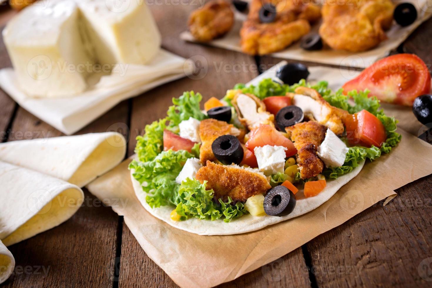 kycklingsallad på tortilla foto