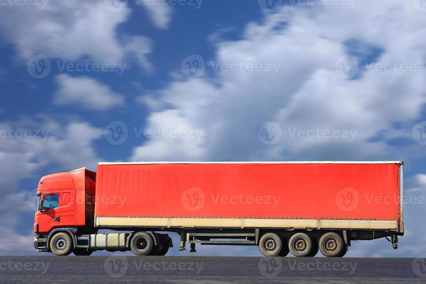 röd lastbil går på väg foto