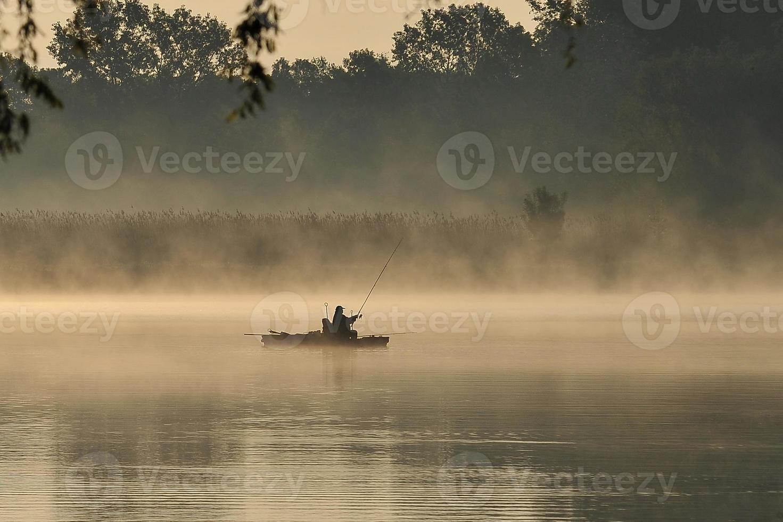 fiskare i dimman foto