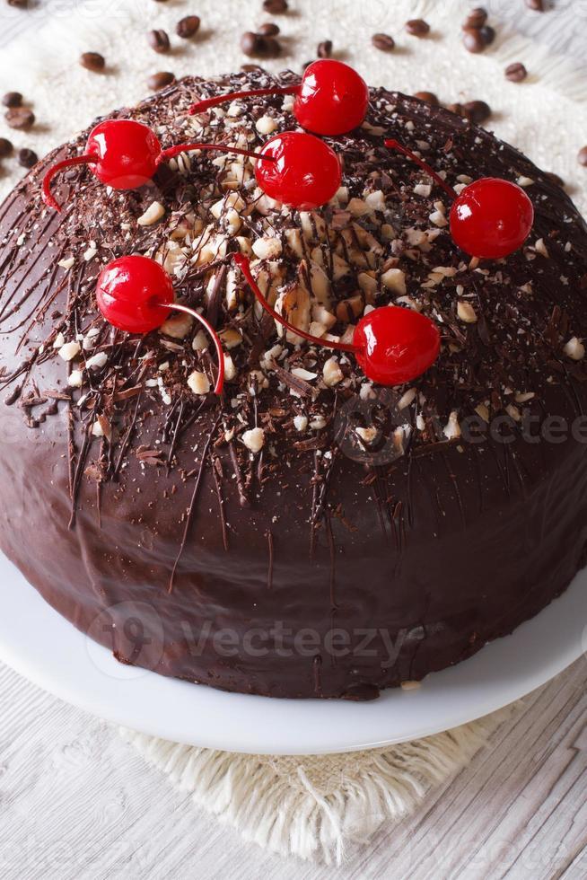 chokladkaka med körsbär och nötter. vertikal närbild foto