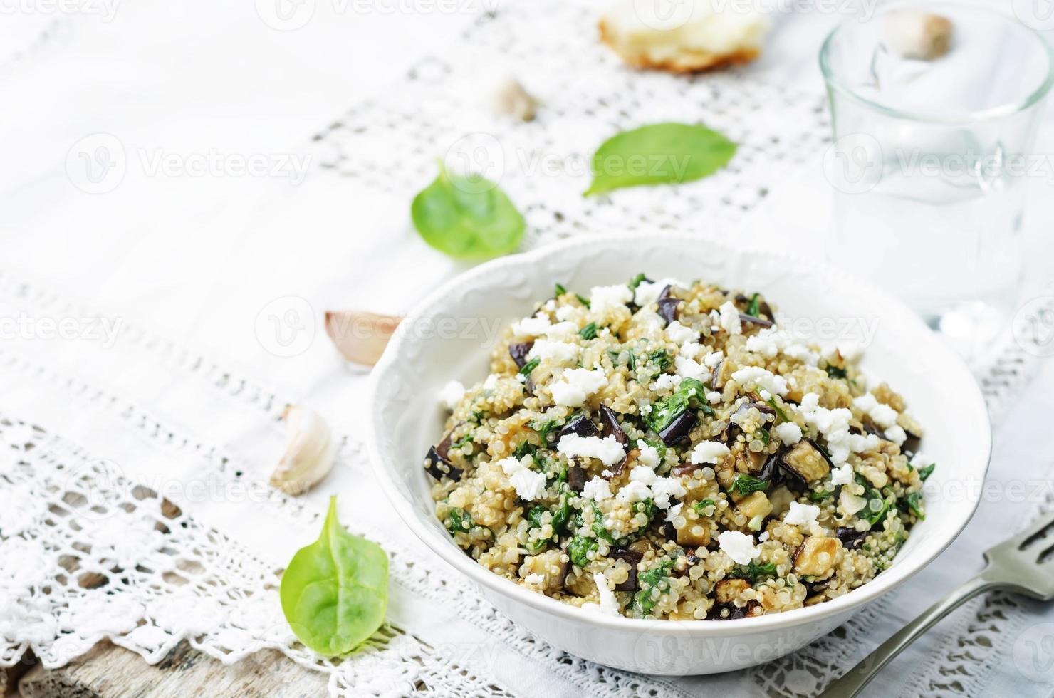quinoa spenat aubergine fetasallad foto