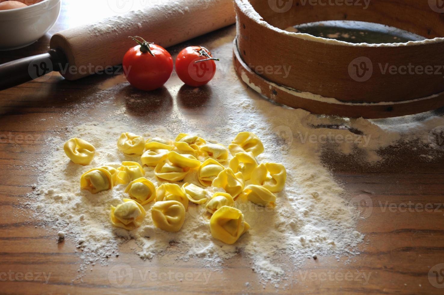 italiensk ravioli med ricotta och grönsaker foto
