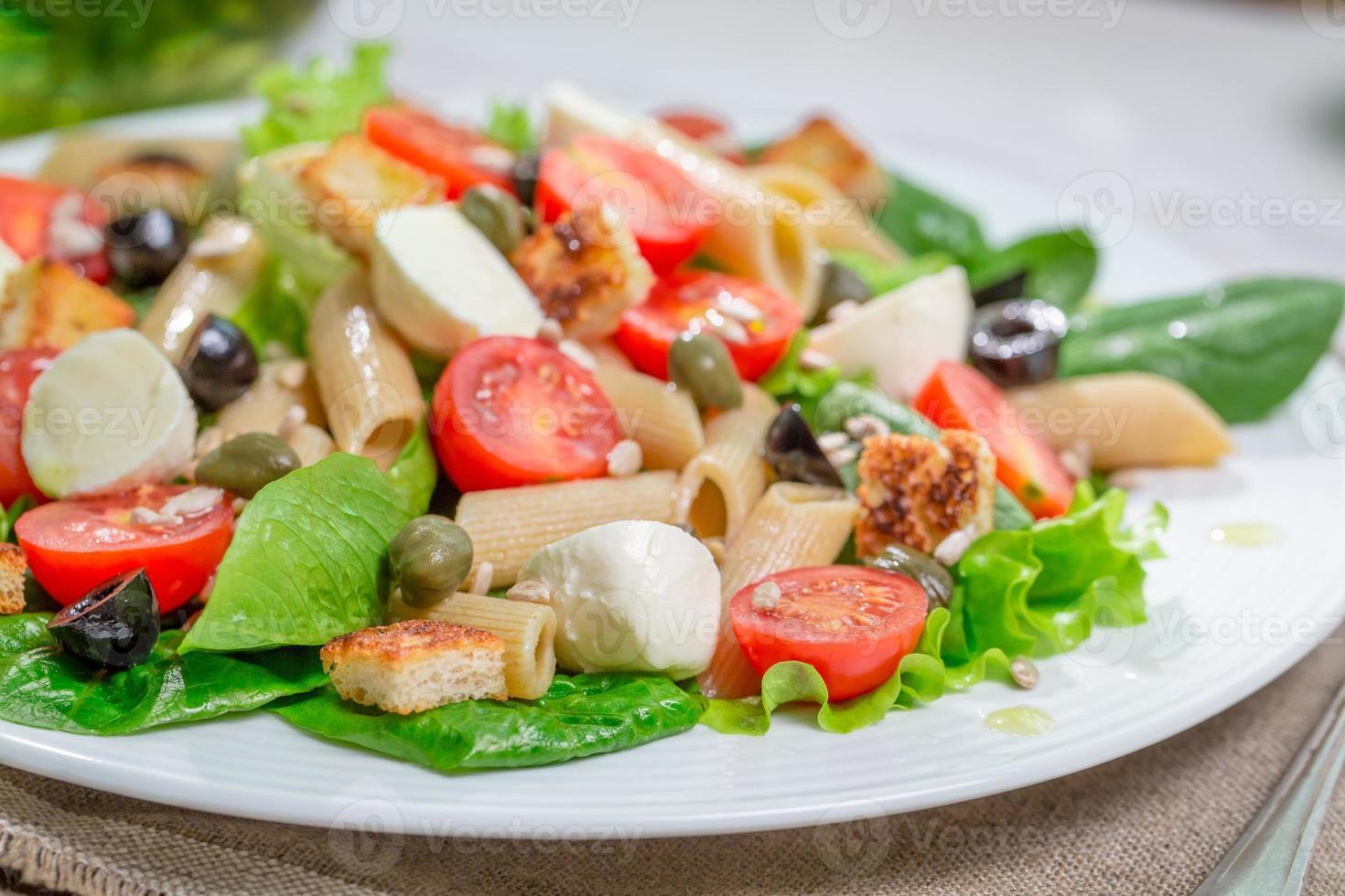 hälsosam vårsallad med grönsaker foto