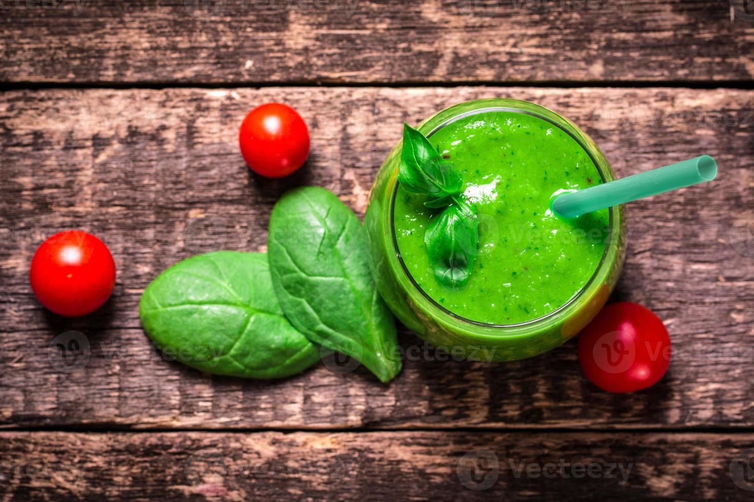 grön detox smoothie på träbord foto