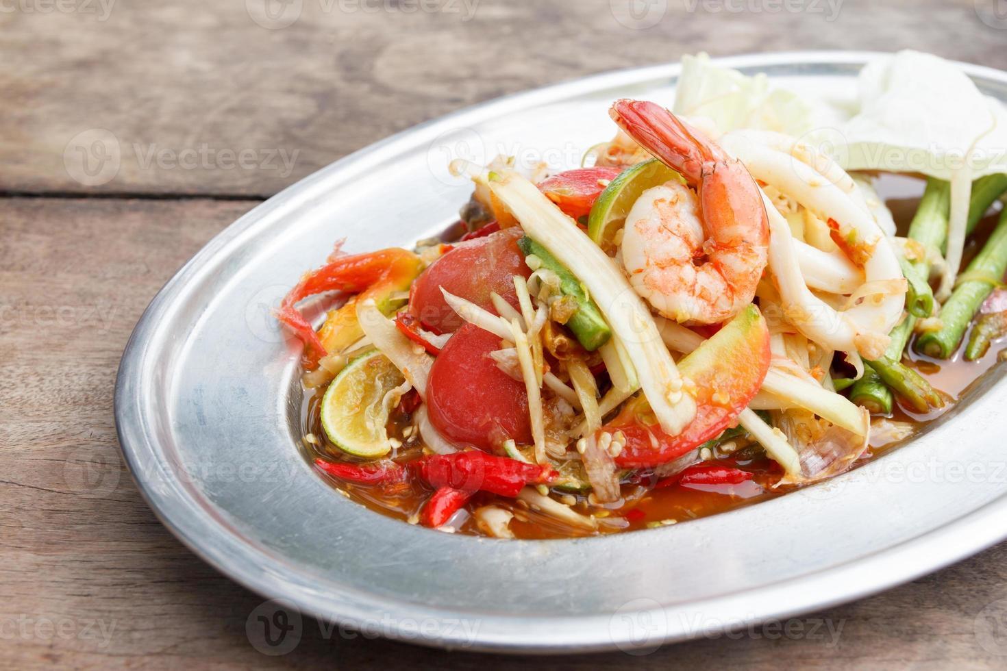 thailändsk papayasallad med räkor och bläckfisk foto