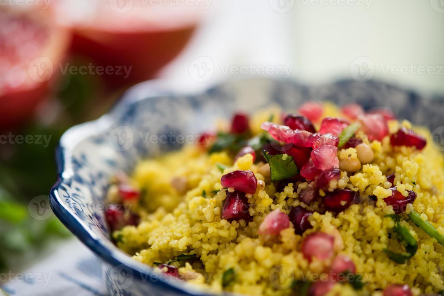 nära utsikt, couscous sallad med granatäpple foto