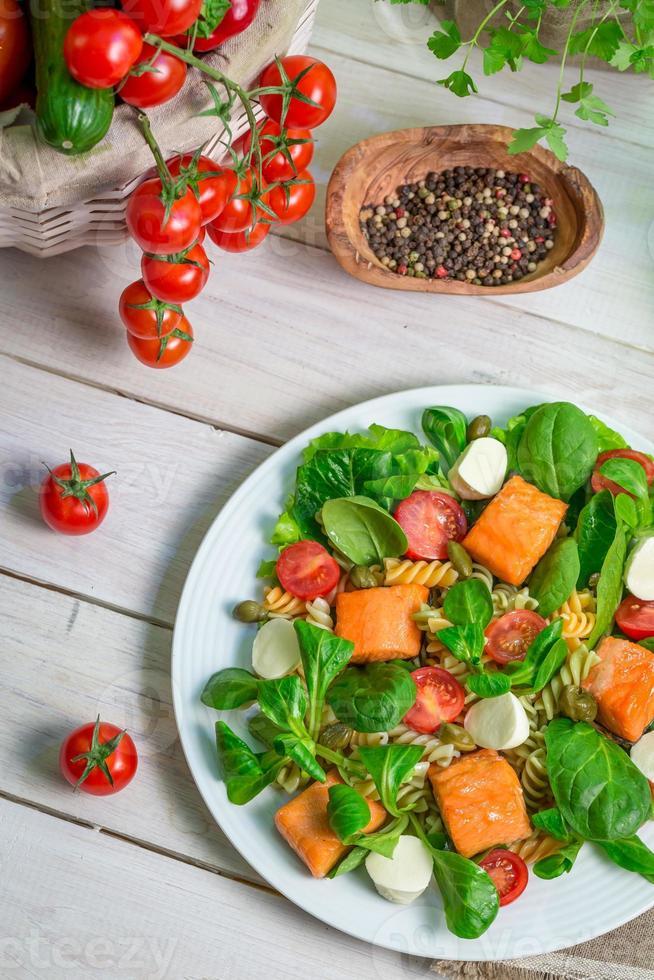 sallad med lax och grönsaker foto