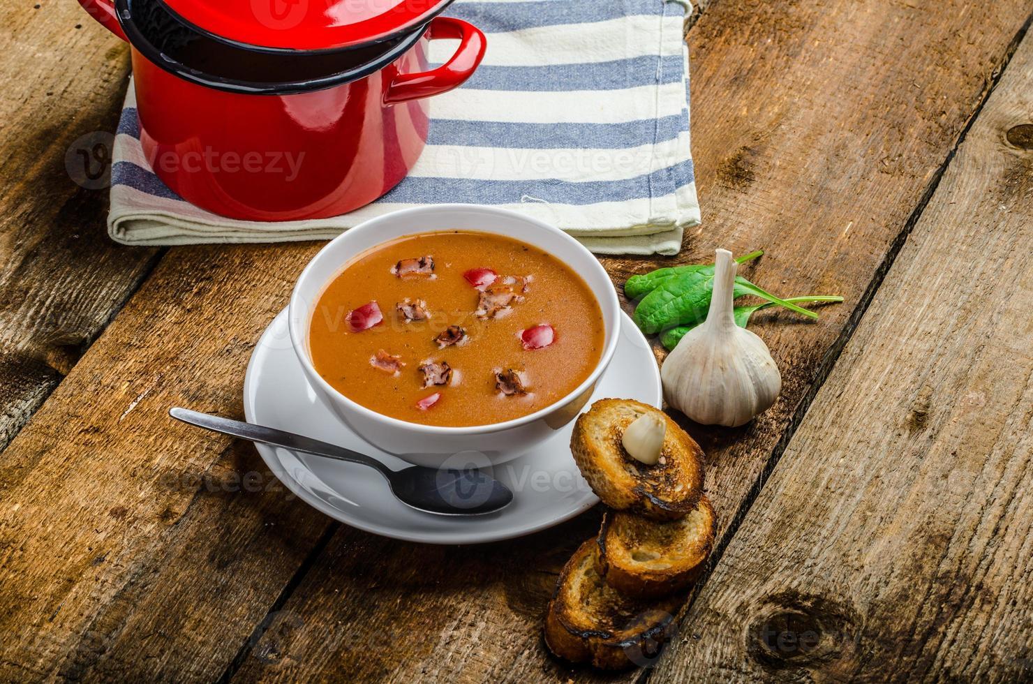 gulashsoppa med krispig vitlöksrostat bröd foto