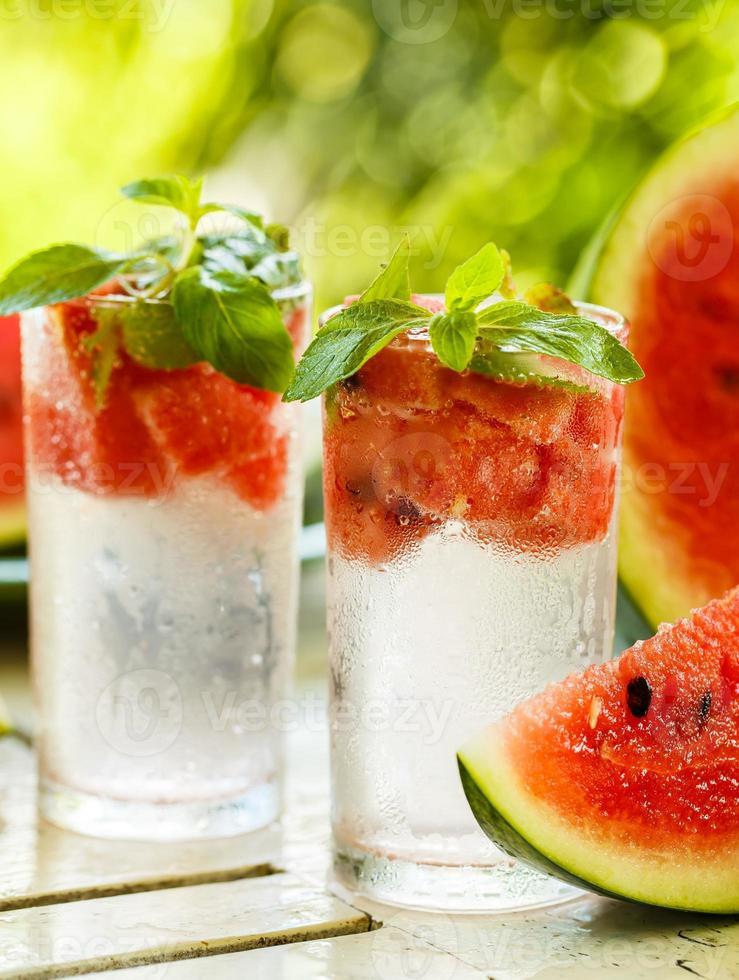 detoxvatten med vattenmelon och mynta foto