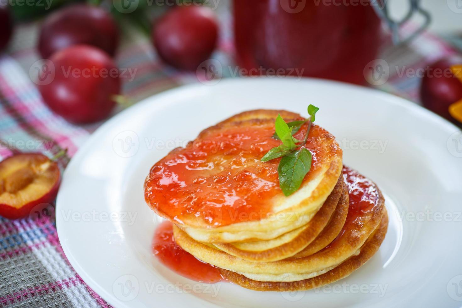 pannkakor med plommon sylt foto