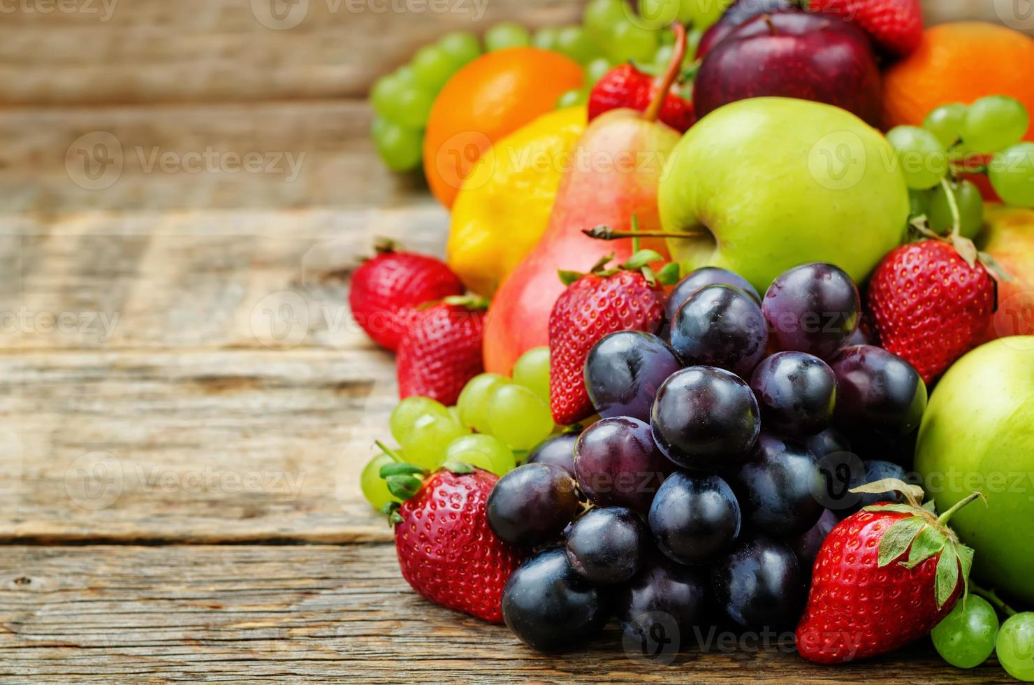 frukter. mango, citron, plommon, druva, päron, apelsin, äpple, banan, jordgubbe foto