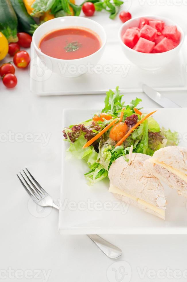 tonfisk- och ostsmörgås med sallad foto