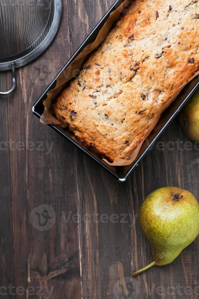 hemlagad tårta med päron och choklad foto