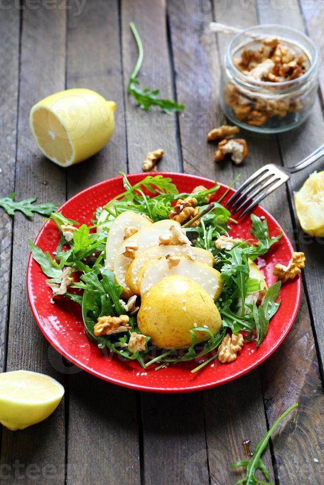 sallad med päron och valnötter foto