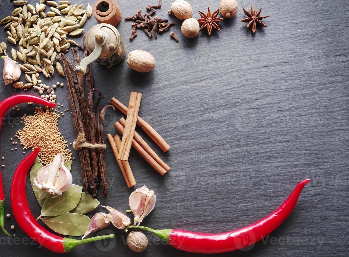 kryddor på vaggat bord. foto