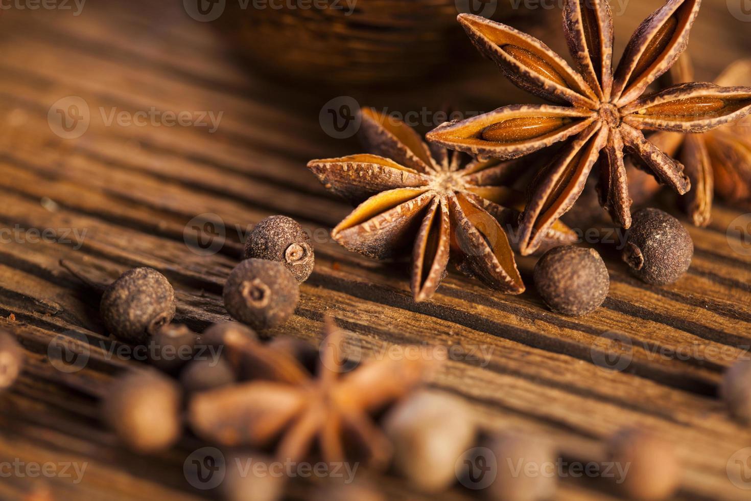 träbord med färgglada kryddor foto