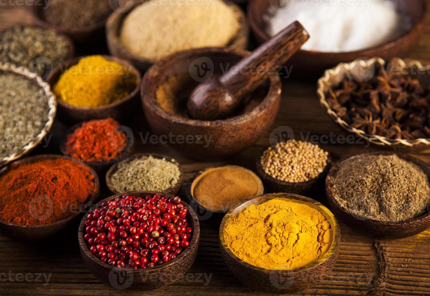 kryddor och örter i träskålar. foto