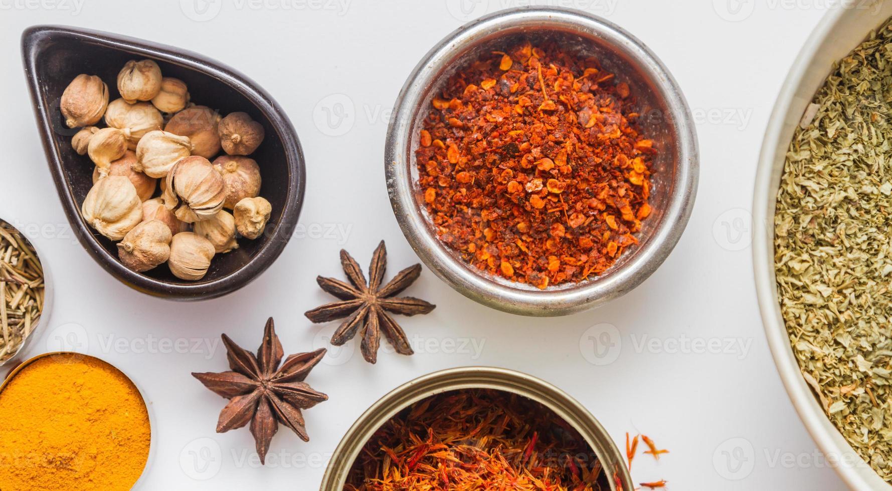 kryddor för hed och matlagning på vit bakgrund. foto