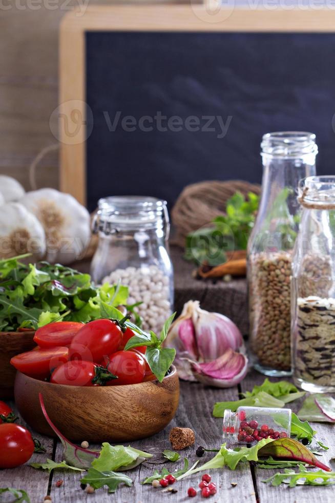 tomater, salladsblad, bönor och ris foto
