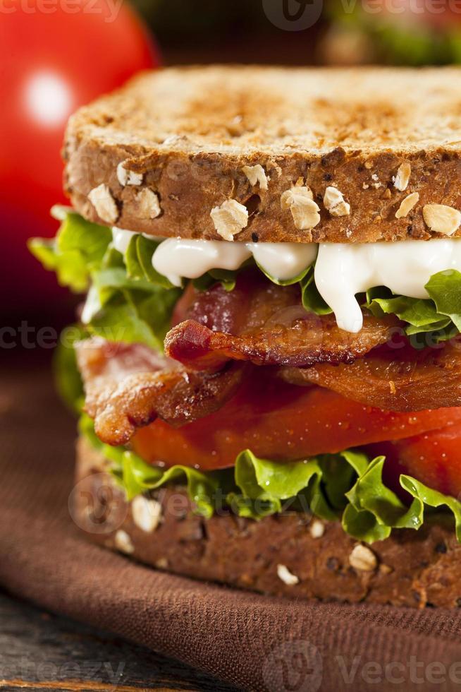 färsk hemlagad blt smörgås foto