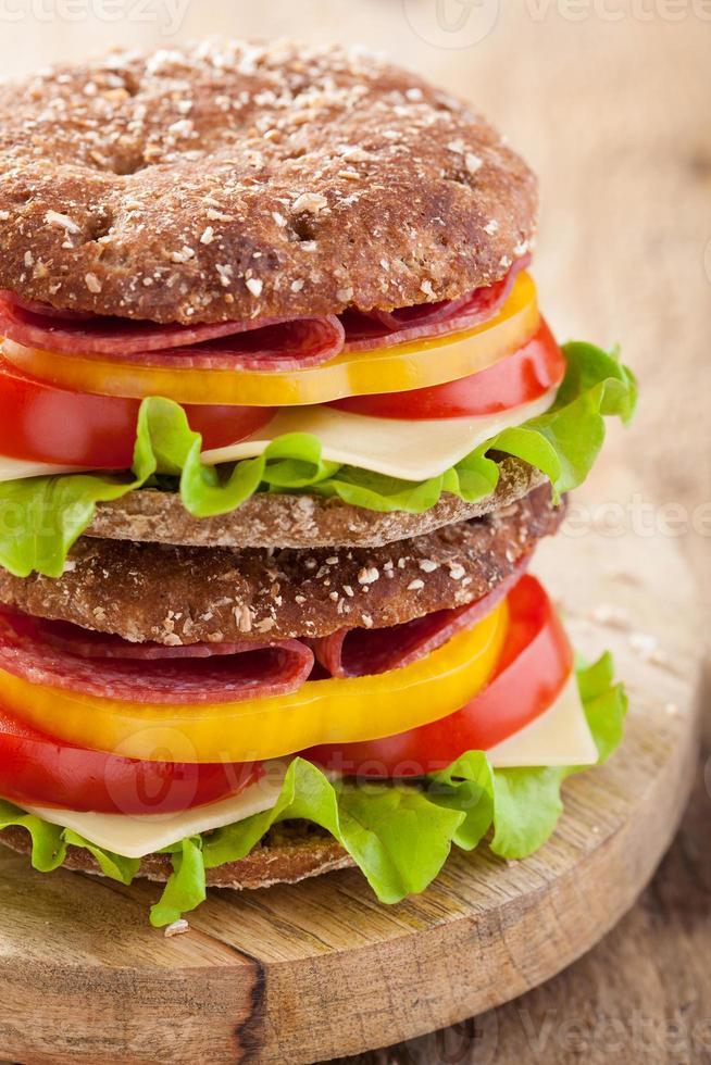 hälsosam smörgås med salami tomatpeppar och sallad foto