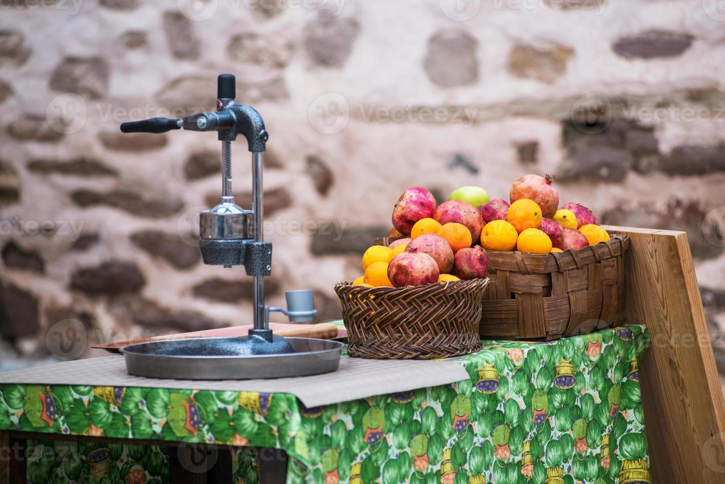citrusfruktsaft och färsk frukt foto