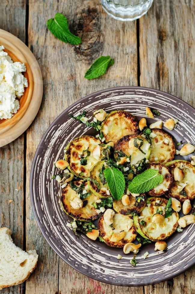 zucchini basilika mint cashewnötsallad med ricotta och färskt bröd foto