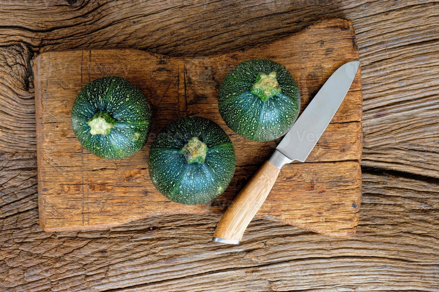 tre zucchinis och kniv foto