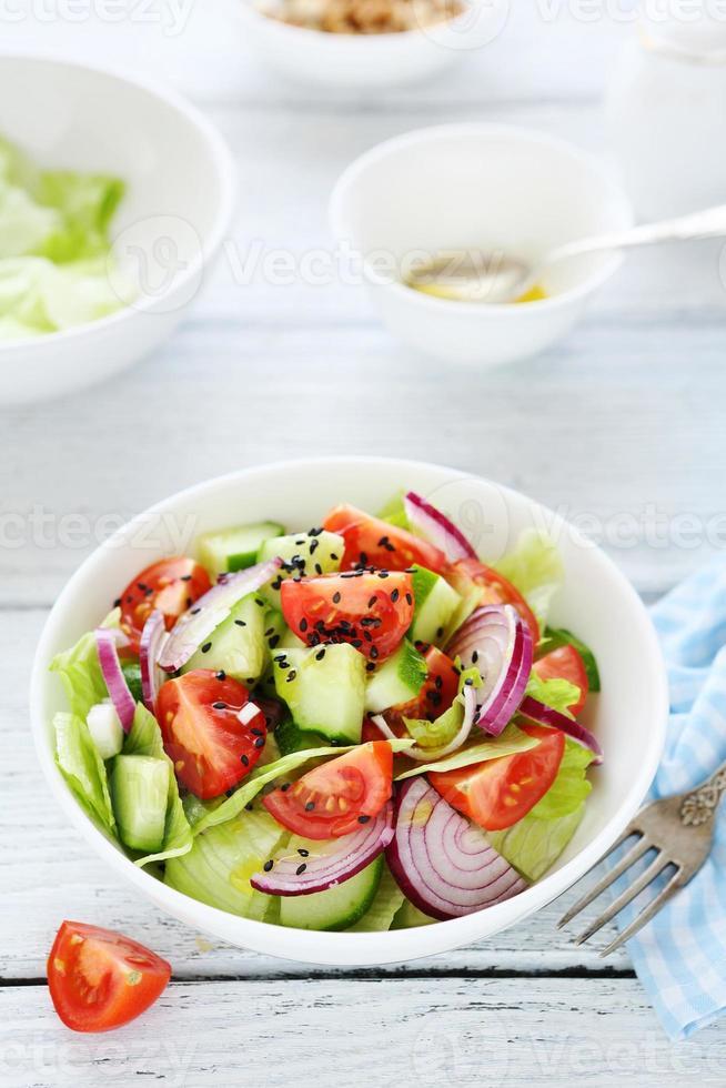 sallad med tomater och lök foto