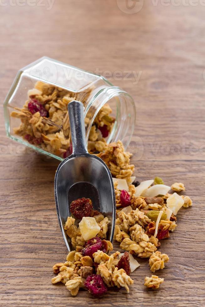 hemlagad granola med blåbär i öppen glasburk foto