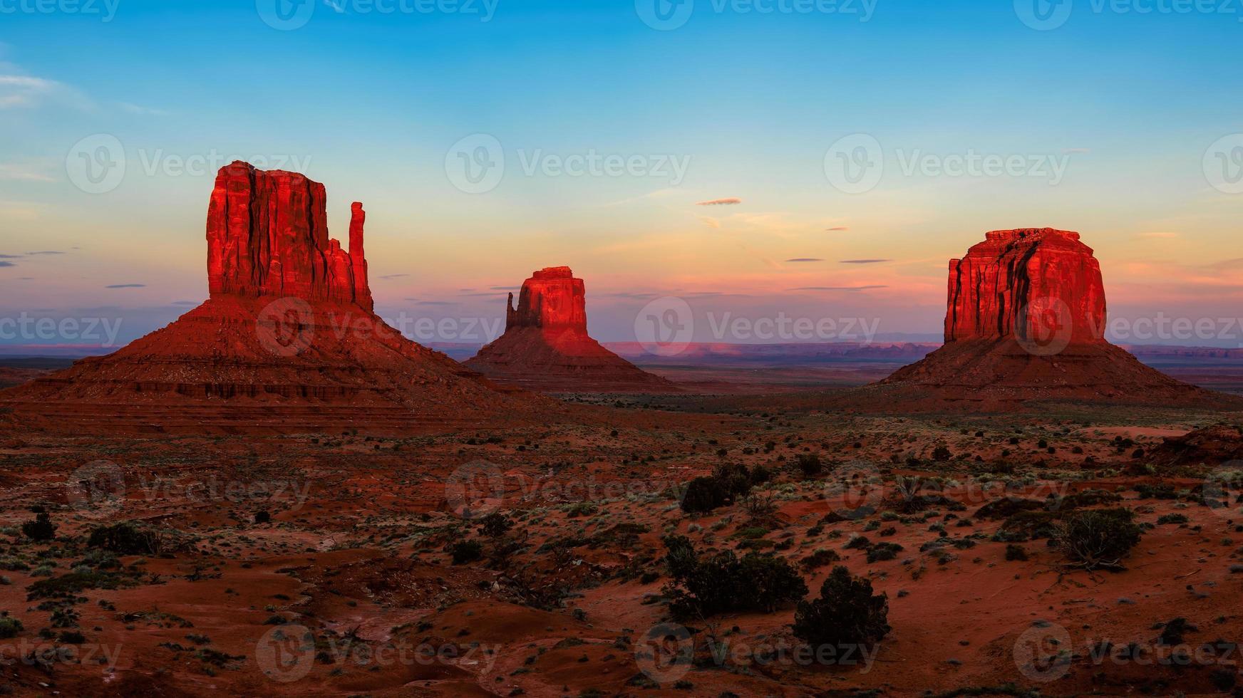 solnedgång vid monumentdalen, Arizona foto
