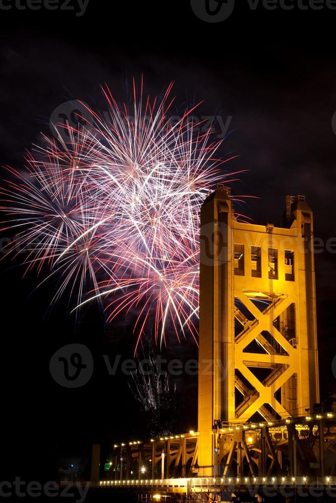 fyrverkerier bakom Sacramento Tower Bridge foto