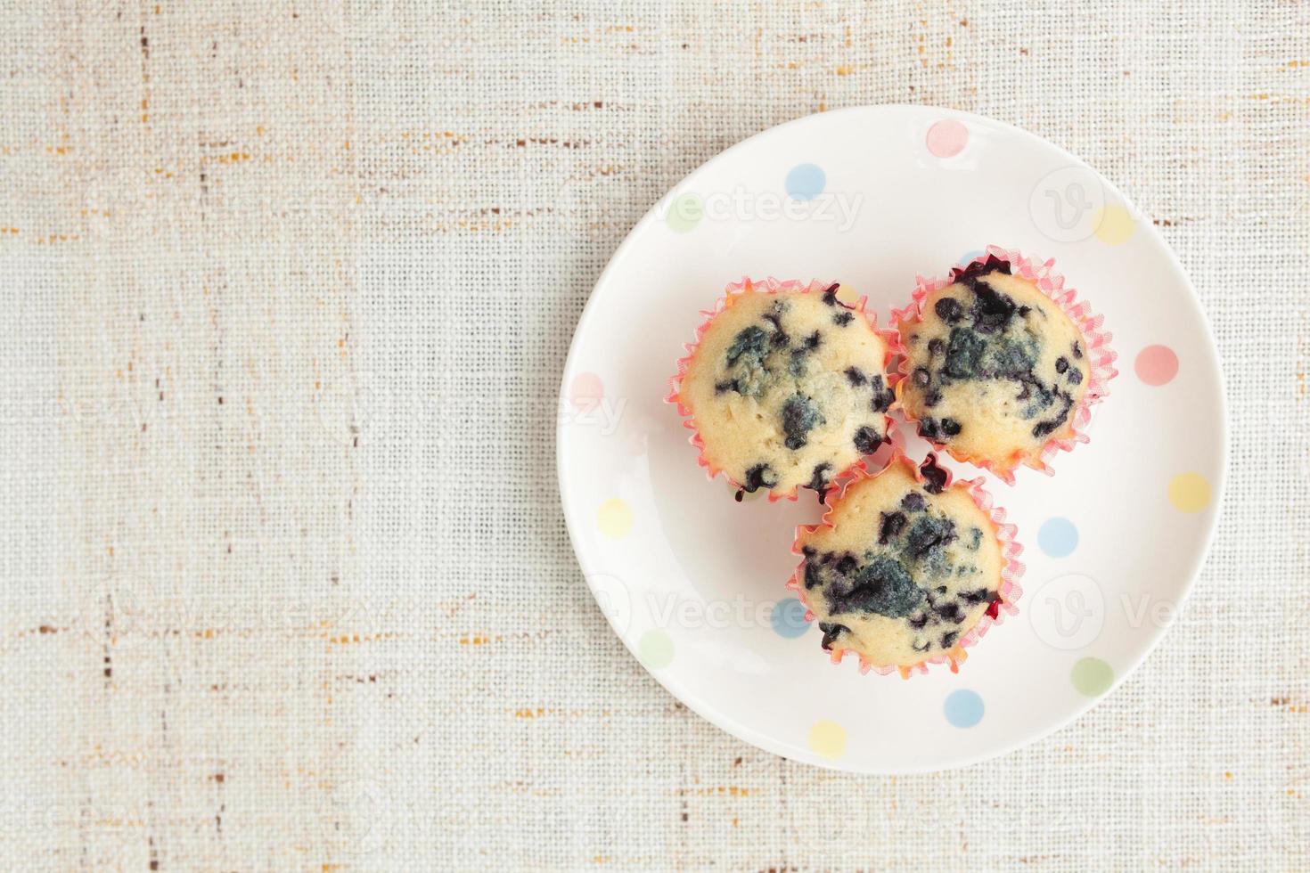 hemlagade blåbärmuffins i pappersmuffinhållare foto