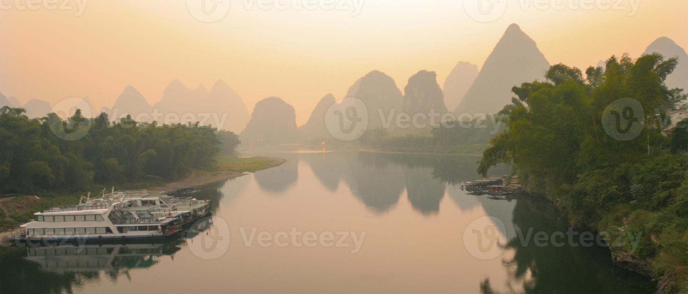 li floden i gryningen foto