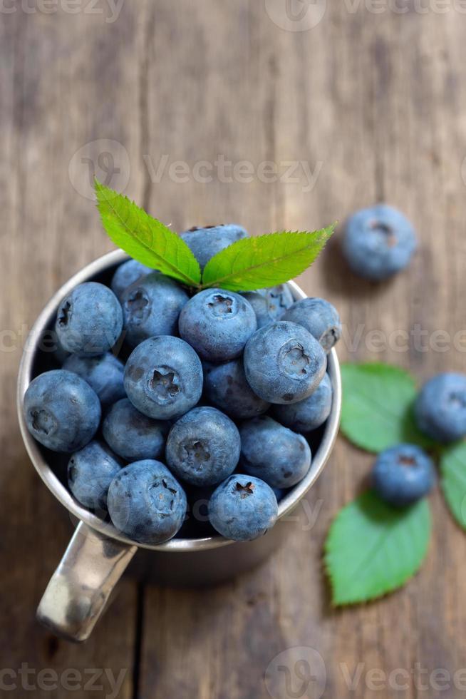 blåbär på gammalt trä foto