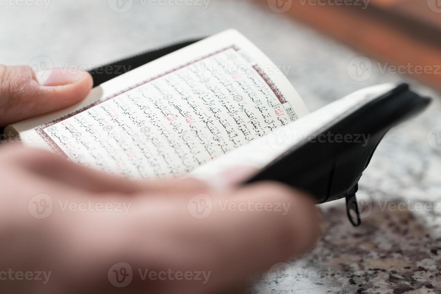 närbild muslim man läser koran foto