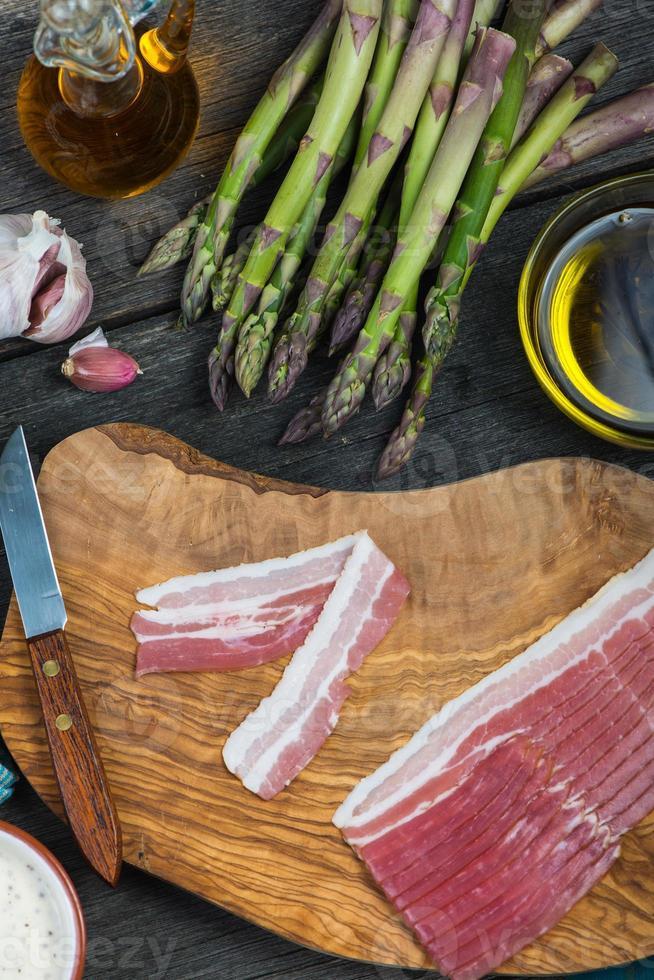 beredning av italiensk enkel maträtt, sparris och bacon foto