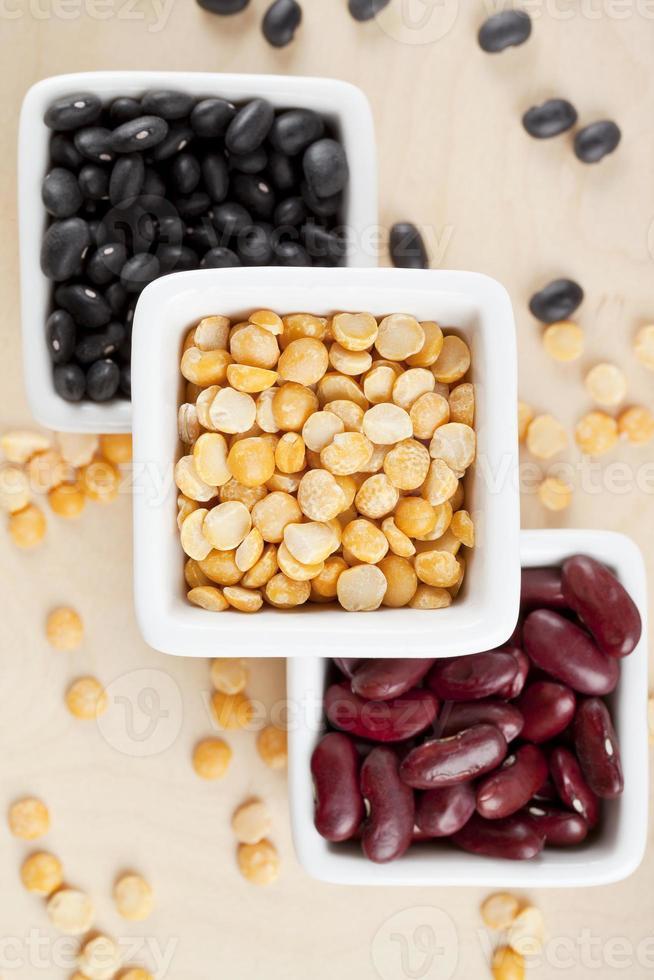 svarta bönor gula delade ärtor och röda bönor foto
