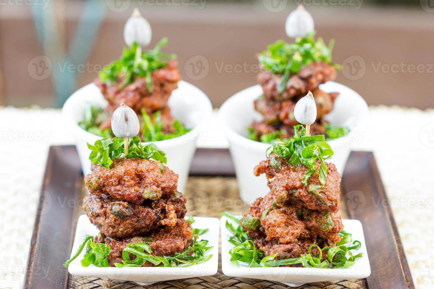 stekt fiskkakor thailändsk mat foto