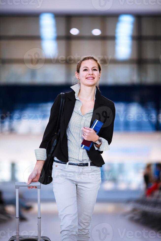 ganska ung kvinnlig passagerare på flygplatsen foto