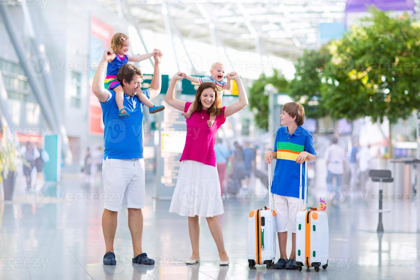 lycklig stor familj på flygplatsen foto