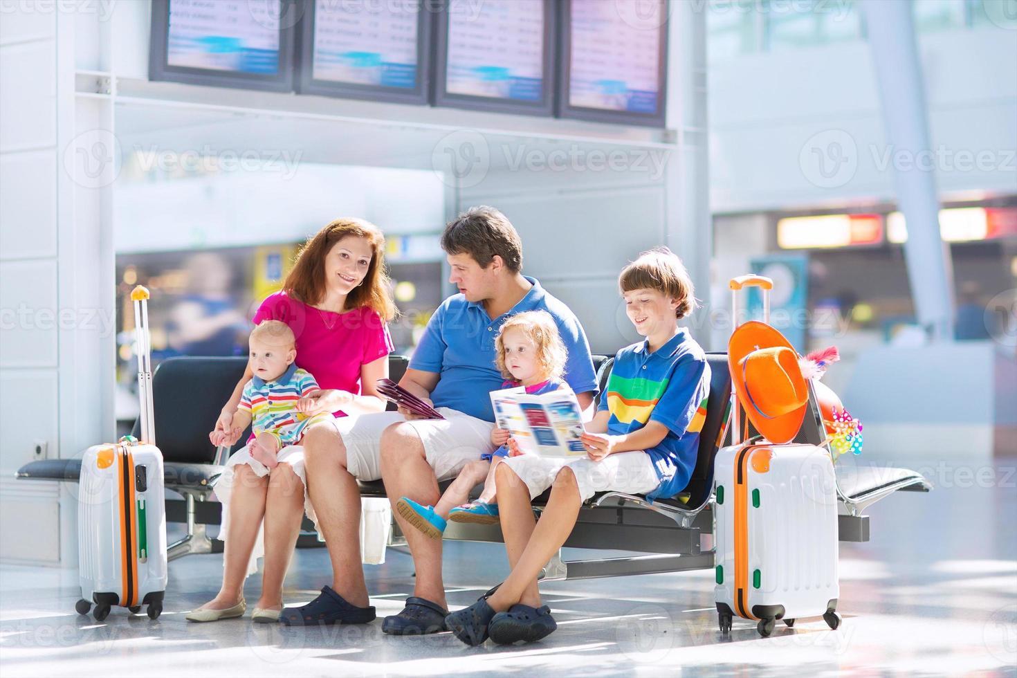 söt familj på flygplatsen foto