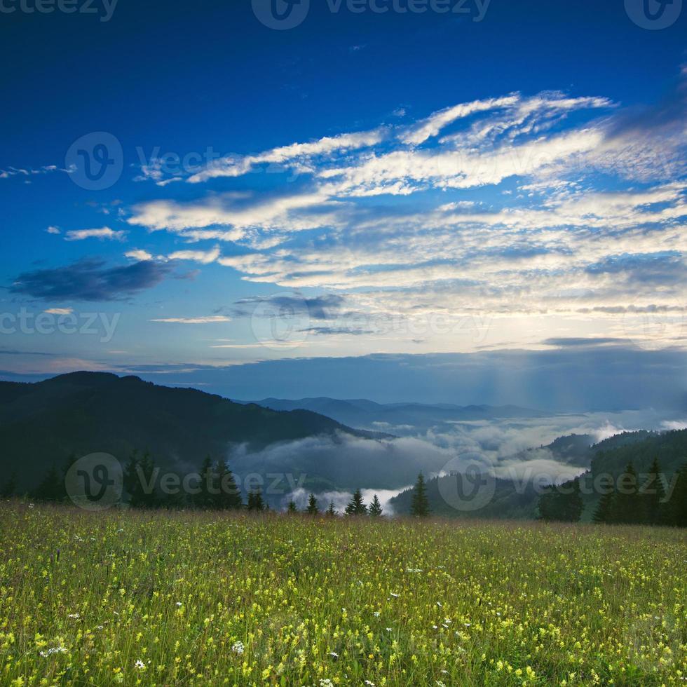bergssoluppgång foto