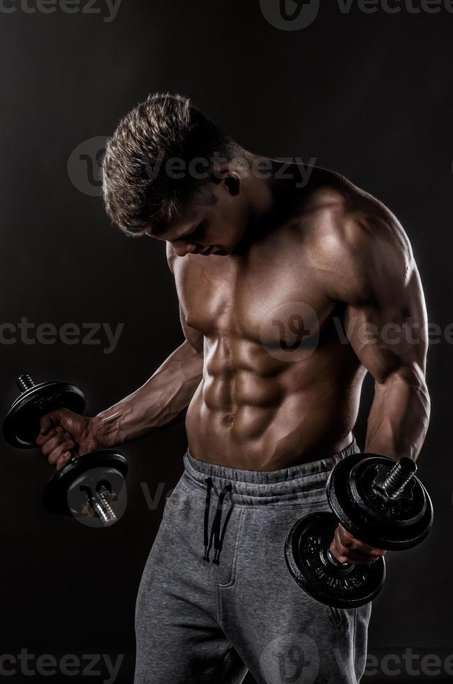 kraftfull idrottsmanövning i gymmet foto