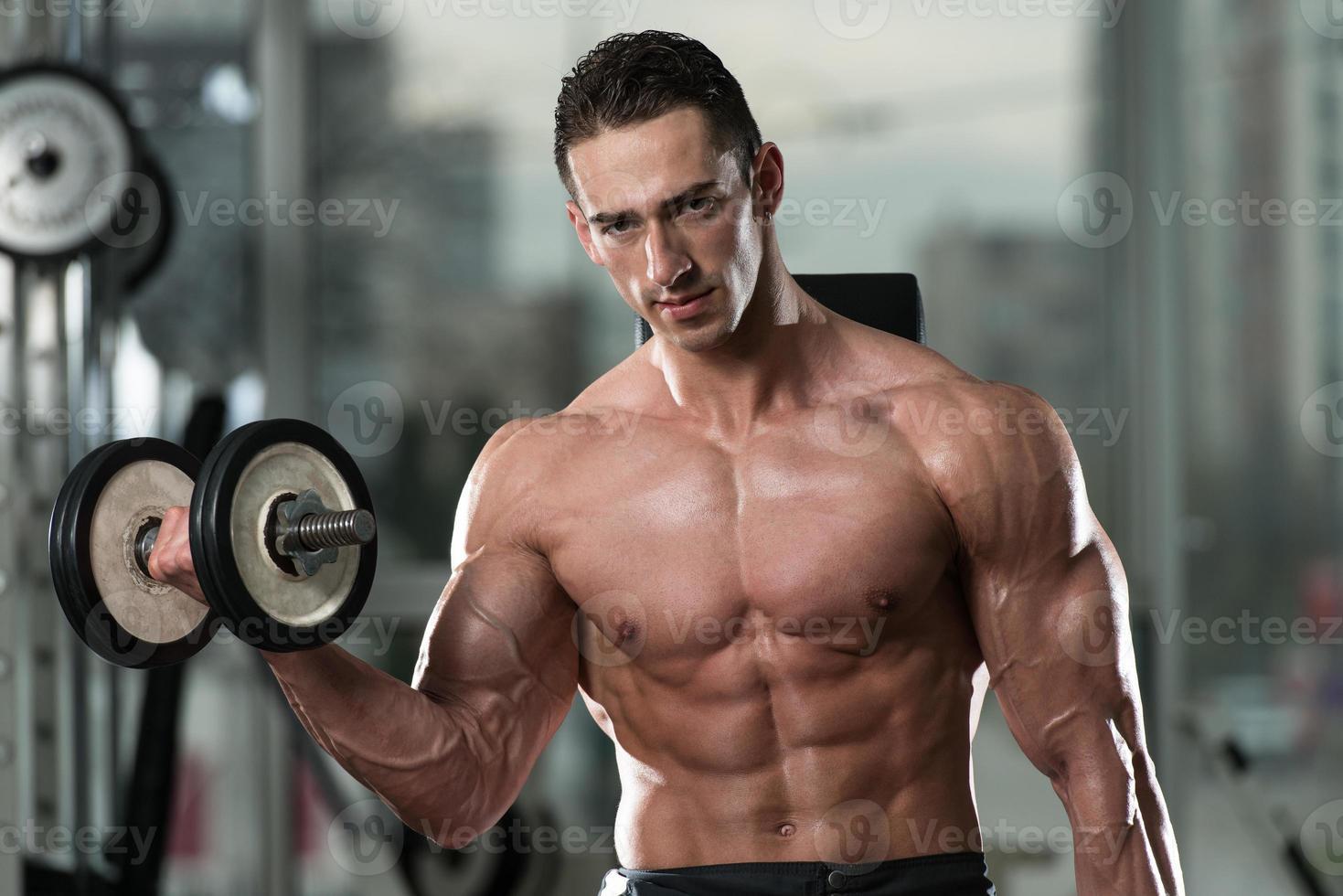 ung man gör övning för biceps foto